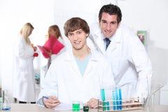 Estudiantes en laboratorio Imagen de archivo libre de regalías