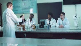 Estudiantes en laboratorio almacen de video