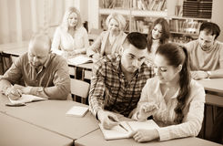 Estudiantes en los cursos de extensión imagenes de archivo