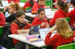 Estudiantes en sala de clase cantar tecnología imagen de archivo