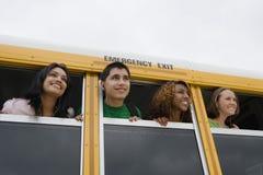 Estudiantes en un autobús escolar Fotos de archivo