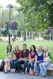 Estudiantes en un banco Imagen de archivo