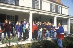 Estudiantes en un disparo al campo a la casa vieja de la constitución, Windsor, VT Fotografía de archivo libre de regalías