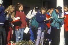 Estudiantes en un disparo al campo a la casa vieja de la constitución, Windsor, VT Foto de archivo libre de regalías