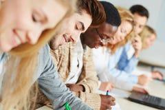 Estudiantes en un seminario que estudian para Fotografía de archivo libre de regalías