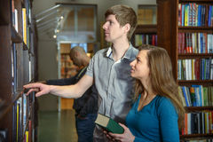 Estudiantes en una biblioteca Fotos de archivo libres de regalías