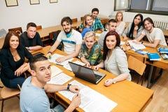 Estudiantes en una sala de clase imagenes de archivo