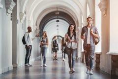 Estudiantes en universidad foto de archivo