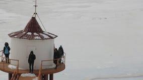 Estudiantes en viajes en invierno, en orilla del lago congelado almacen de video