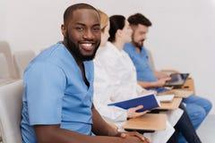Estudiantes encantados que escuchan la conferencia en la universidad médica fotografía de archivo
