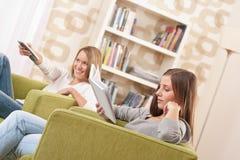 Estudiantes - estudiante femenino dos que se relaja a casa Fotos de archivo