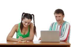 Estudiantes felices con la computadora portátil Imágenes de archivo libres de regalías
