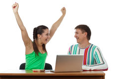 Estudiantes felices con la computadora portátil Imagen de archivo libre de regalías