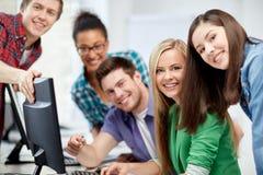 Estudiantes felices de la High School secundaria en clase del ordenador Foto de archivo