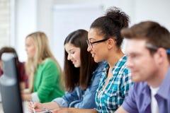 Estudiantes felices de la High School secundaria en clase del ordenador Fotos de archivo