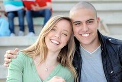 Estudiantes felices en campus Foto de archivo libre de regalías