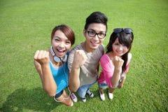 Estudiantes felices en campus Imagen de archivo libre de regalías