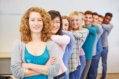 Estudiantes felices en fila foto de archivo libre de regalías