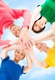 Estudiantes felices en la ropa colorida que se une Foto de archivo libre de regalías