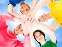 Estudiantes felices en la ropa colorida que se une Fotos de archivo