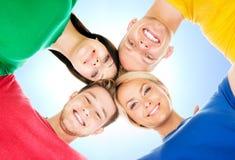 Estudiantes felices en la ropa colorida que se une Fotografía de archivo libre de regalías