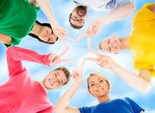 Estudiantes felices en la ropa colorida que se une Imagen de archivo