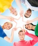 Estudiantes felices en la ropa colorida que se une Fotografía de archivo