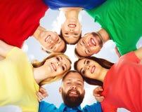 Estudiantes felices en la ropa colorida que se une Educación Imagen de archivo libre de regalías