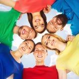 Estudiantes felices en la ropa colorida que se une Educación Imagenes de archivo