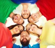 Estudiantes felices en la ropa colorida que se une Educación Fotos de archivo