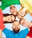Estudiantes felices en la ropa colorida que se une Educación Foto de archivo libre de regalías