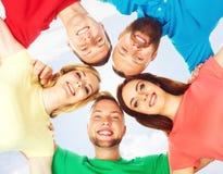 Estudiantes felices en la ropa colorida que se une Educación Imagen de archivo