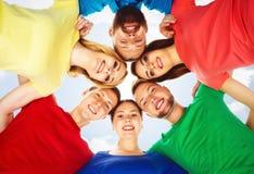 Estudiantes felices en la ropa colorida que se une Educación Foto de archivo