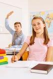 Estudiantes felices en la sala de clase Imagenes de archivo