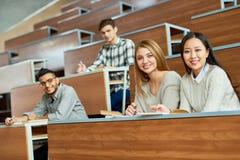 Estudiantes felices en universidad Foto de archivo libre de regalías