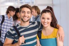 Estudiantes felices en universidad fotos de archivo