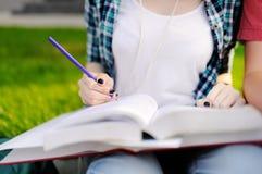Estudiantes felices jovenes con los libros y las notas al aire libre Imagen de archivo