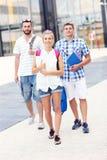 Estudiantes felices que cuelgan hacia fuera en el campus Fotos de archivo
