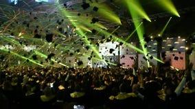 1300 estudiantes felices que lanzan los casquillos de la graduación en el aire almacen de video