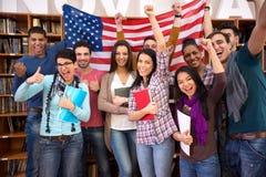 Estudiantes felices que presentan su país con las banderas fotos de archivo libres de regalías