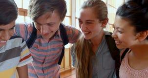 Estudiantes felices que se colocan con los brazos alrededor almacen de video