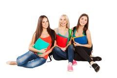 Estudiantes felices que se sientan así como la diversión, mientras que Imagen de archivo libre de regalías