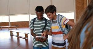 Estudiantes felices que usan la tableta digital en cancha de básquet metrajes