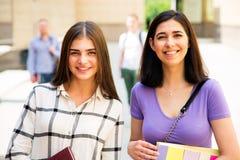 Estudiantes femeninos al aire libre imagen de archivo libre de regalías
