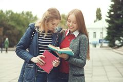 Estudiantes femeninos con los libros Foto de archivo libre de regalías