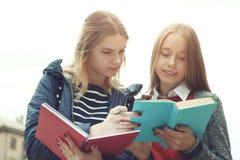 Estudiantes femeninos con los libros Imagen de archivo