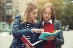 Estudiantes femeninos con los libros Imagenes de archivo