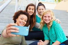 Estudiantes femeninos de la High School secundaria que toman la fotografía de Selfie fotos de archivo