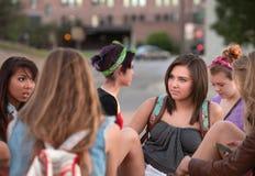 Estudiantes femeninos que hablan afuera Imágenes de archivo libres de regalías