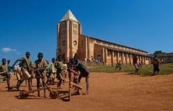 Estudiantes fuera de una escuela católica en Rwanda Foto de archivo libre de regalías